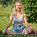 Rituel a la rose - rituel yoga rose -meditation - rose - eau de rose - bien-etre - amour de soi - pétale de rose